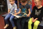 Groep 5 leest voor aan de kleuters 1